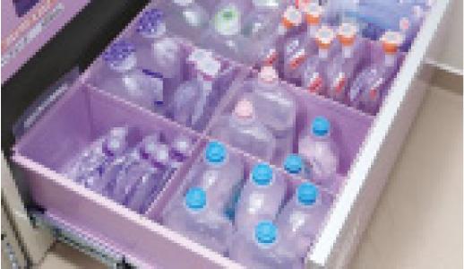 点滴ボトルを立てて収納できるようにした特注加工の引き出し