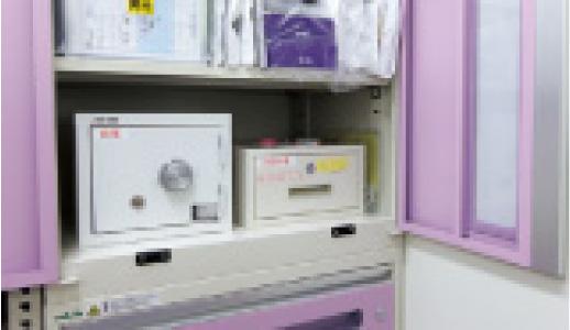 特注で設置された麻薬金庫とセキュリティボックスの写真