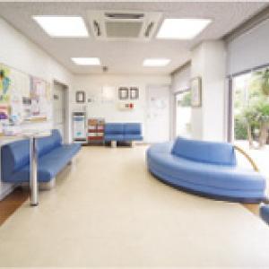 明るい待合室の小川医院